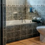 Jakie rozwiązania sprawdzą się w małej łazience?