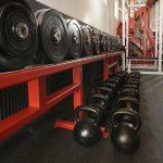 Jakie wyposażenie można znaleźć w siłowni?