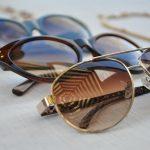 Okulary słoneczne – jak dobierać je do stroju?