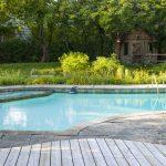Jak czyścić ogród z basenem?