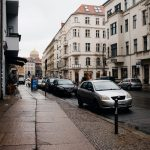 Zabezpieczenia chroniące pieszych na chodnikach