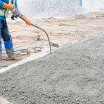 Jakie urządzenia stosuje się w ramach zagęszczania betonu na budowie?
