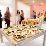 Swojskie i pyszne – czego nie może zabraknąć na stole podczas imprezy rodzinnej?