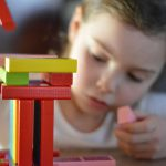 Czym jest terapia sensoryczna i jak może pomóc dzieciom w prawidłowym rozwoju?